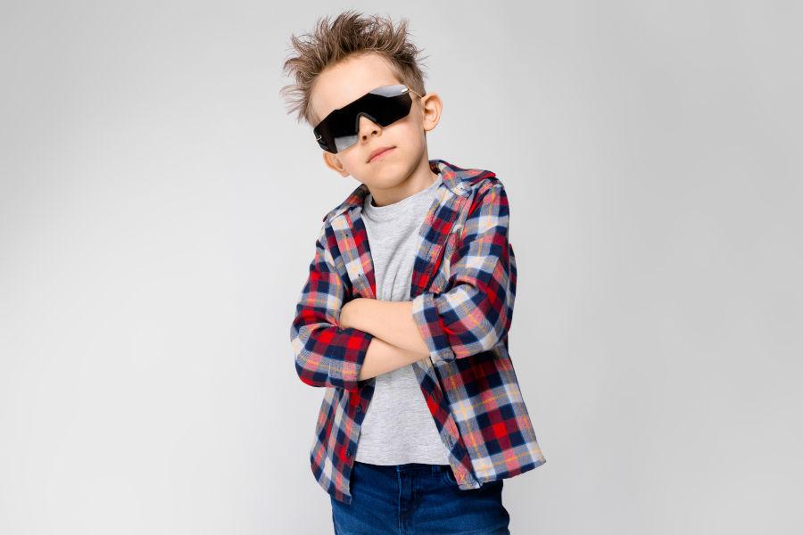 Warum Wir - cooler Junge mit Sonnenbrille